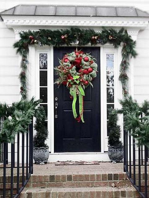 Украшение входных дверей к Новому году.
