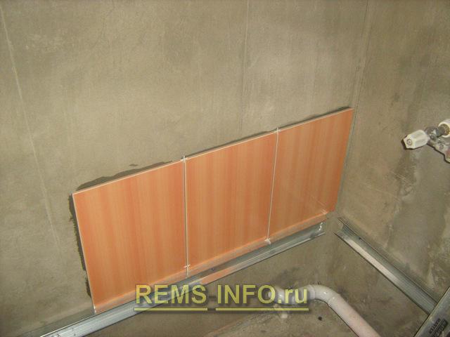 Начало укладки первого ряда плитки на стену
