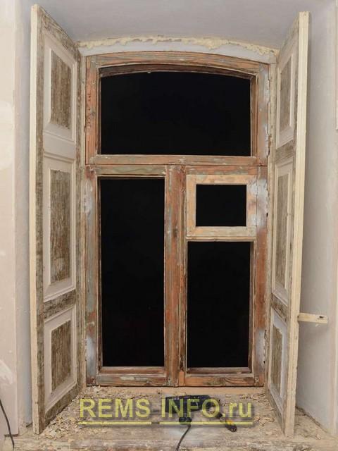 Реставрация деревянного окна - процесс снятия старой краски термофеном.