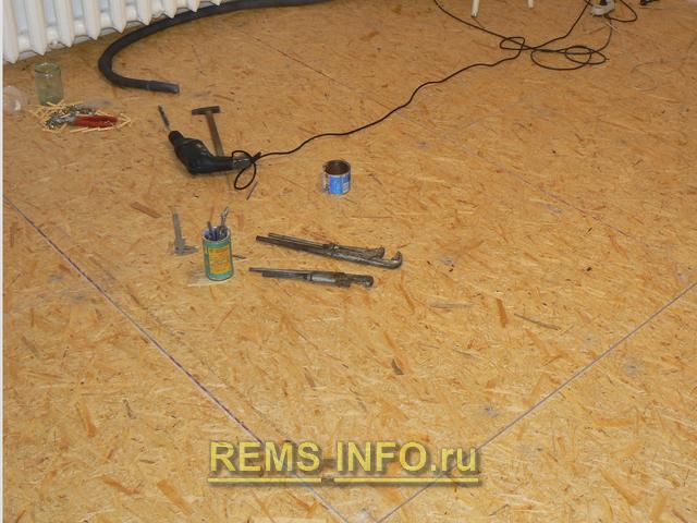 готовый для укладки паркетной доски пол с уложенными на стяжку плитами OSB