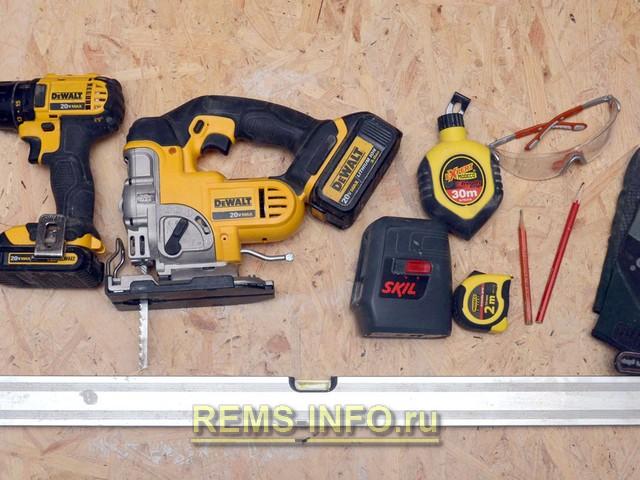 Комплект инструментов для выравнивания деревянного пола.