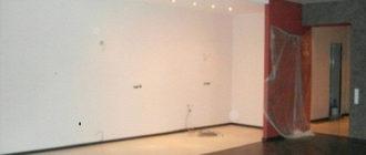 белым цветом пола выделено место для кухонной зоны в гостиной