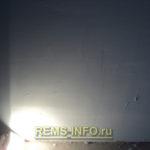 использование мощной лампы для определения не ровных участков стены