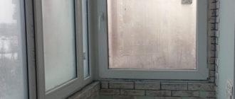 Отделка балкона декоративным камнем.