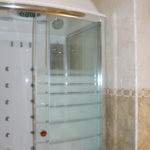 Дизайн ванной комнаты с душевой кабиной.
