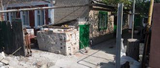 Кирпич, оставшийся от разборки старых воротных столбов