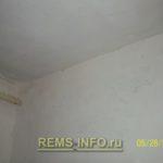 Отделка потолка панелями ПВХ.