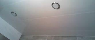 Потолок из пластиковых панелей в ванной.