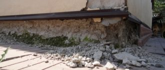 Разрушение цоколя дома - фото.