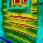 Как и чем утеплить деревянный дом снаружи: тепловизионная картина бревенчатой стены.